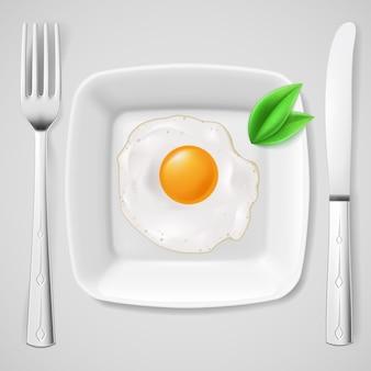 Geserveerd ontbijt. gebakken ei op witte plaat geserveerd met mes en vork