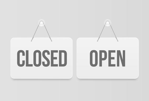 Gesloten en gesloten borden, realistische geïsoleerde witte hangplanken. open en gesloten hangende uithangborden.