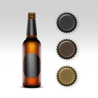 Gesloten leeg glas transparant bruin fles licht bier met zwarte ronde label en set doppen van verschillende kleur voor branding close-up op witte achtergrond.