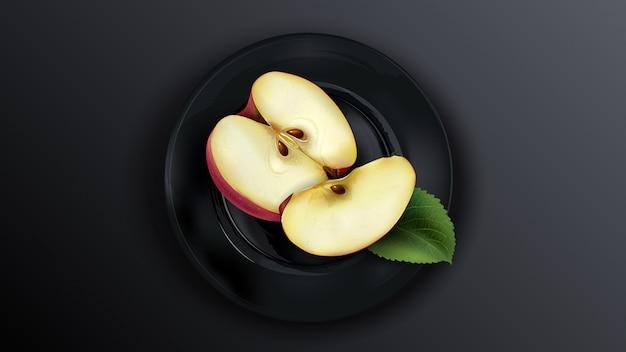 Gesneden rode appel op een zwarte plaat.