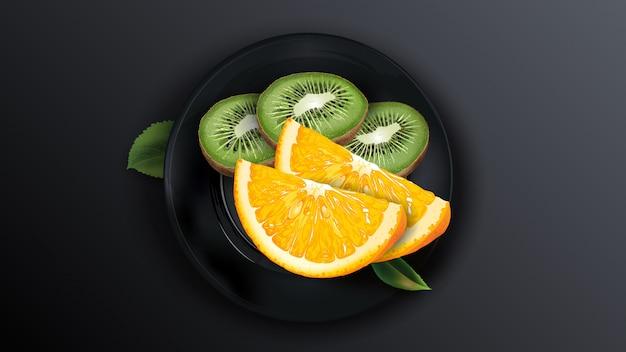 Gesneden sinaasappel en kiwi op een zwarte plaat.