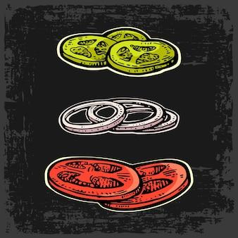 Gesneden tomaten, uien, komkommers. geïsoleerd op een witte achtergrond. vector vintage kleurrijke gravure illustratie voor poster, menu, web, banner, info graphic