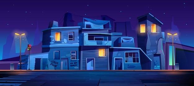 Getto straat 's nachts, sloppenwijk verlaten huizen