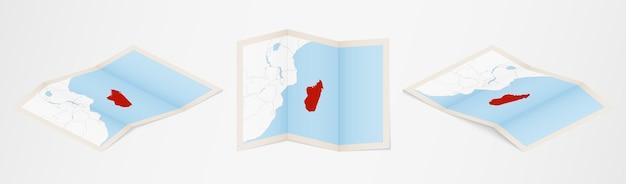 Gevouwen kaart van madagaskar in drie verschillende uitvoeringen.