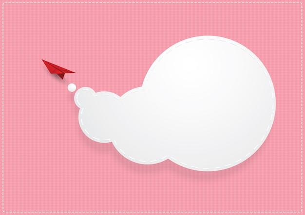 Gevouwen papieren vliegtuigje vliegen op hemel.