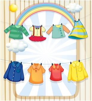 Gewassen kleding die in de hitte van de zon hangt