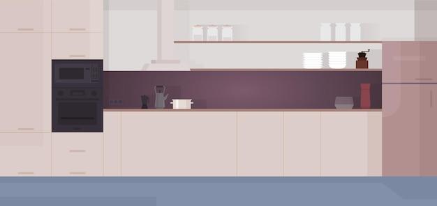 Gezellig modern keukeninterieur met inbouwapparatuur, koelkast, fornuis.