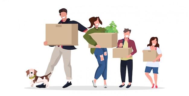 Gezin met kartonnen dozen gelukkige ouders en kinderen met hond verhuizen naar een nieuw huis