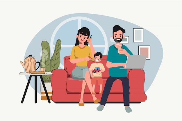 Gezinnen die thuis naar het nieuws kijken. blijf thuis en blijf op de hoogte van hun laptops en telefoons.