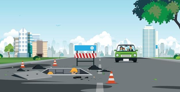 Gezinnen rijden door de straten waar arbeiders wegleidingen repareren.