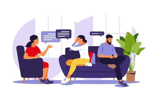 Gezinstherapie en counseling. vrouw psychotherapeut ondersteuning paar met psychische problemen. gezinspsychotherapie sessie. gesprek met een psycholoog.
