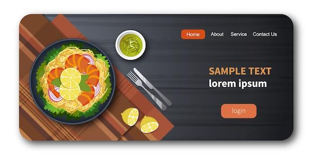 Gezonde verse groentesalade met garnalen en spaghetti