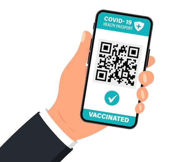 Gezondheidspaspoort met qr-code op het smartphonescherm. hand met smartphone met vaccinatiecertificaat. concept van reizen tijdens de covid-19-uitbraak. de gevaccineerde persoon die apps met qr-code gebruikt