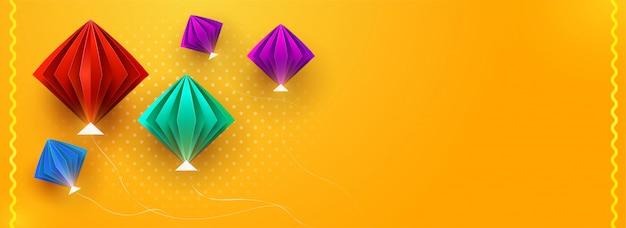 Glanzende papieren origami vliegers ingericht op oranje achtergrond met s
