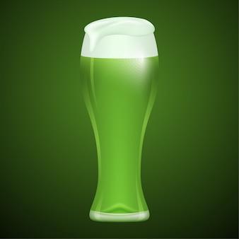 Glas groen bier op groene achtergrond.