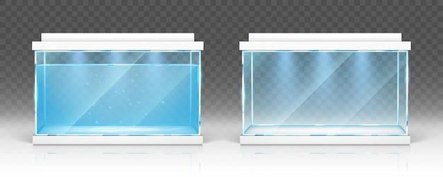 Glazen aquarium met water en leeg terrarium met witte deksels en verlichting op transparant