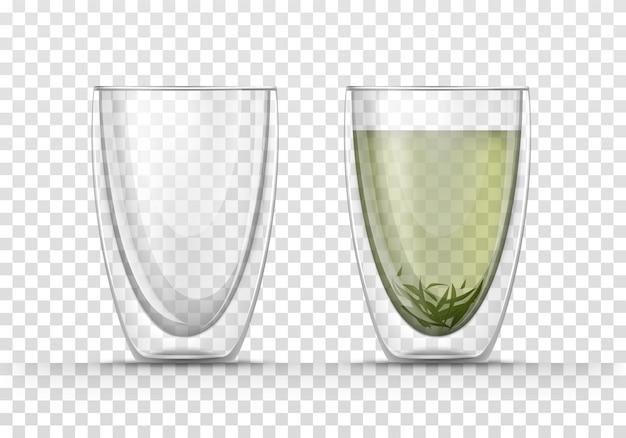 Glazen lege beker met dubbele wanden en mok met groene thee.