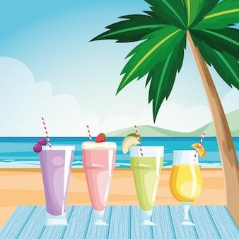 Glazen met vruchtensappen aan tafel op het strand