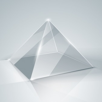 Glazen piramide geïsoleerd.