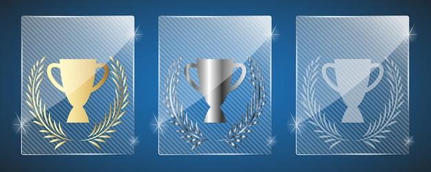 Glazen trofee awards met beker. drie varianten: goud, zilver en een simpel glanzend glas