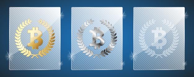 Glazen trofee-awards met bitcoin. drie varianten: goud, zilver en een eenvoudig glanzend glas. bitcoin is de winnaar