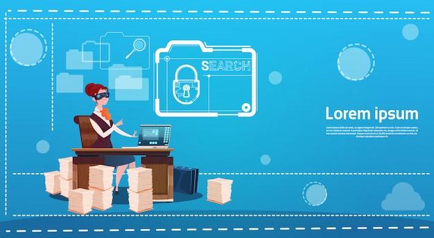 Glazen van de bedrijfsvrouwenslijtage digitale virtuele werkelijkheid die bureau de gegevensbescherming van het werkende computerslot zitten