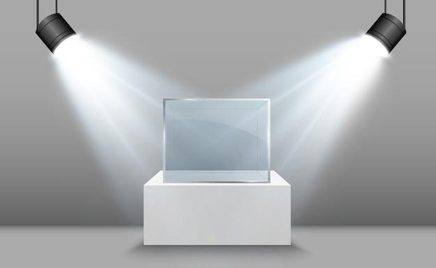 Glazen vitrine voor de tentoonstelling in de vorm van een kubus achtergrond te koop verlicht door schijnwerpers glazen museumdoos
