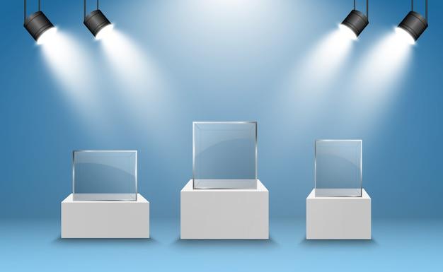 Glazen vitrine voor de tentoonstelling in de vorm van een kubus. achtergrond te koop verlichte schijnwerpers