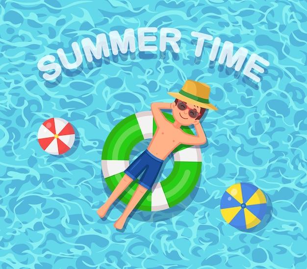 Glimlach man zwemt, zonnebaden op luchtbed, reddingsboei in zwembad. jongen die op strandstuk speelgoed, rubberring drijft. onbekwame cirkel op water. zomervakantie, vakantie, reistijd.