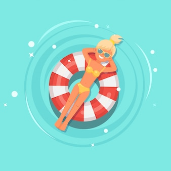 Glimlach meisje zwemt, zonnebaden op luchtbed, reddingsboei in zwembad.