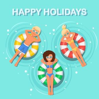 Glimlach vrouw, man zwemt, looien op luchtbed in zwembad. meisje dat op stuk speelgoed met bal op waterachtergrond drijft. onbekwame cirkel. zomervakantie, vakantie, reizen