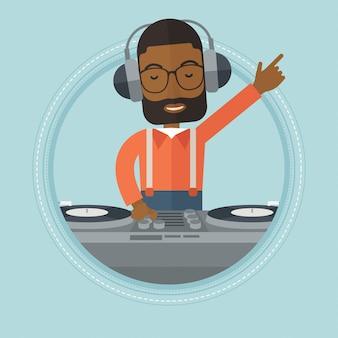 Glimlachende dj die muziek op draaischijven mengt