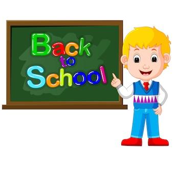 Glimlachende gelukkige schoolkinderen met groene banner blackboard