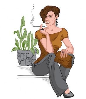 Glimlachende kortharige brunette gekleed in zwarte broek, oorbellen en broek, bruine tas en blouse zittend op de trap en het roken van een sigaret