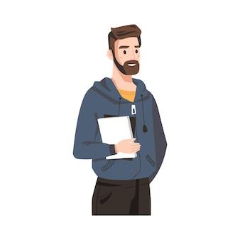 Glimlachende man met baard in sweatshirt, boek in handen geïsoleerd