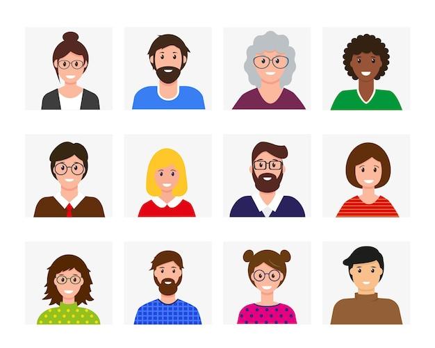 Glimlachende mannen en vrouwenavatarsinzameling. verschillende blije gezichten. mensen in lichte kleding.