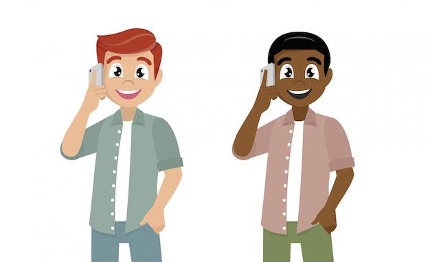 Glimlachende succesvolle jonge mens die op mobiel spreekt.