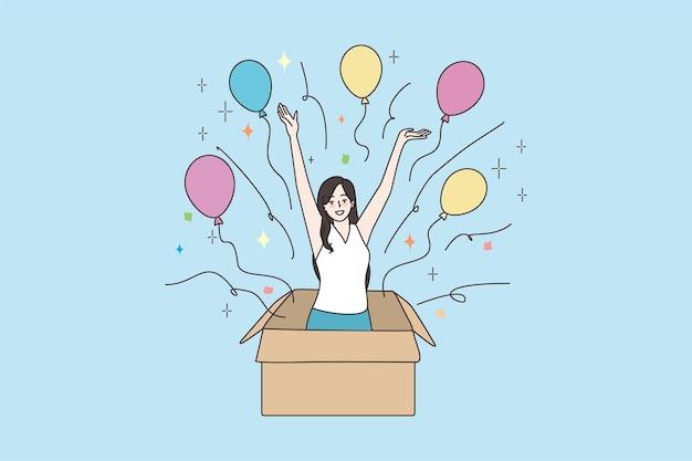 Glimlachende vrouw springt uit de doos en maakt verrassing