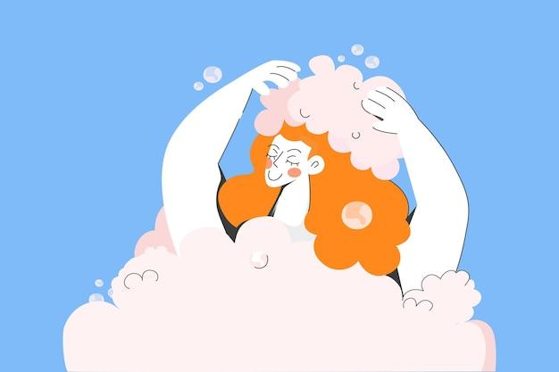 Glimlachende vrouw wast haar met schuimende shampoo