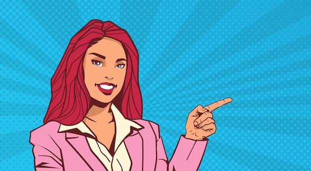 Glimlachende zakenvrouw punt vinger naar copyspace over pop art dot achtergrond retro stijl