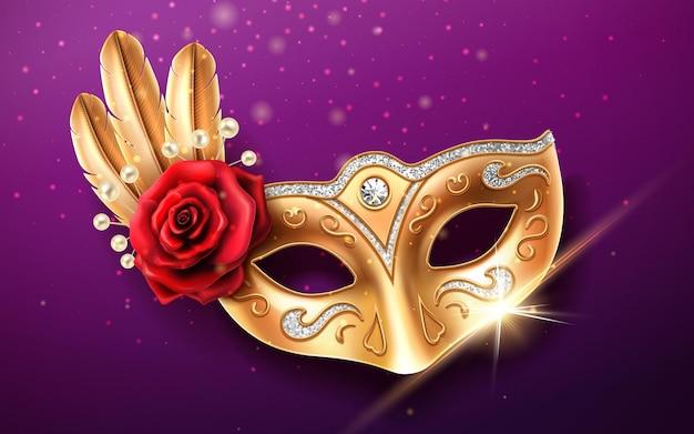Glinsterend colombina-masker voor gezichtsbedekking tijdens carnaval of maskerade. deel festivalkostuum met veren en kralen, roze bloem. gouden masker met diamanten voor feestelijk brazilië of mardi gras van venetië.