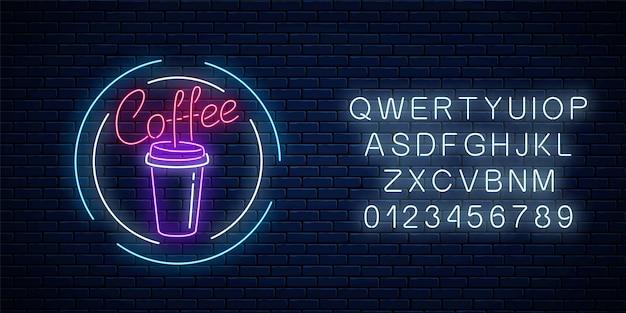 Gloeiend neon koffiekopje bord met alfabet op een donkere bakstenen muur achtergrond. nachtreclame symbool van koffie. cafe of verkoper machine embleem. vector illustratie.