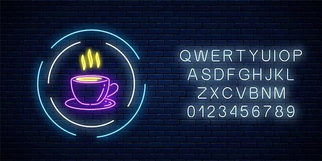 Gloeiend neon koffiekopje teken in cirkelframes met alfabet op een donkere bakstenen muurachtergrond. nacht straat reclame bord van café. vector illustratie.