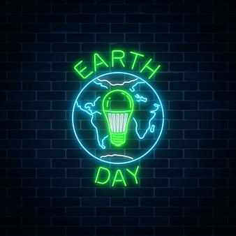 Gloeiend neonteken van wereldaarddag met bolsymbool en groene geleide gloeilamp binnen.