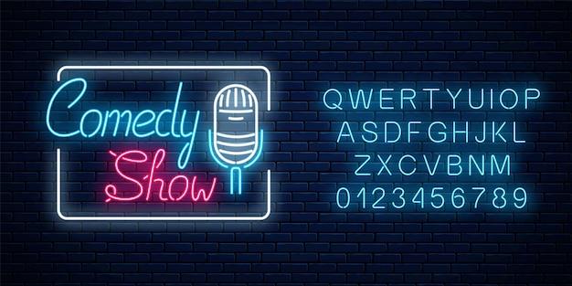 Gloeiende neon comedy show bord met retro microfoon in rechthoekig frame met alfabet. humor monoloog uithangbord.