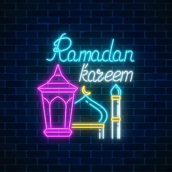 Gloeiende neonbanner van ramadan islamitische heilige maand. ramadan wenskaart met fanus lantaarn en moskee.