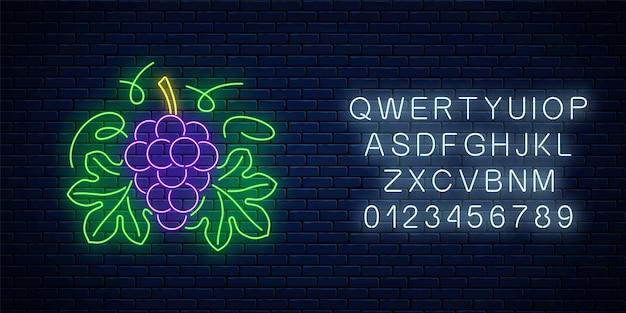 Gloeiende neonreclame van wijnwinkel in cirkelframe met alfabet. tros druiven en bladeren