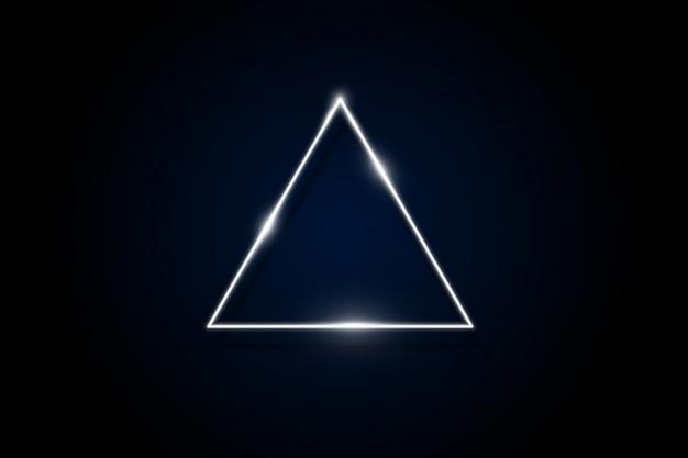 Gloeiende paarse neon afgeronde driehoek op donkere achtergrond verlichte geometrische veelhoek frame