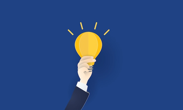 Gloeilamp in zakenmanhand voor nieuwe ideeën en innovatie, creativiteit, bedrijfsconcept