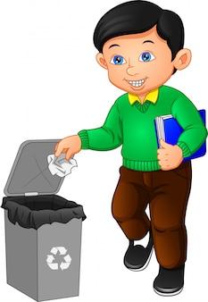 Goede man gooit afval in de prullenbak